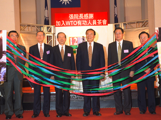 Premier Chang Chun-hsiung hosts a tea event celebrating Taiwan's accession to the World Trade Organization. (2002)