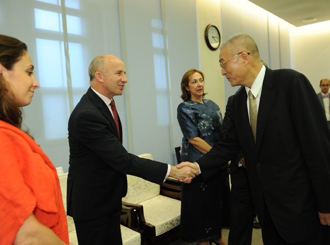 Premier Wu Den-yih receives representatives of the European Parliament after the EU grants Taiwan visa-waiver privileges. (2011)