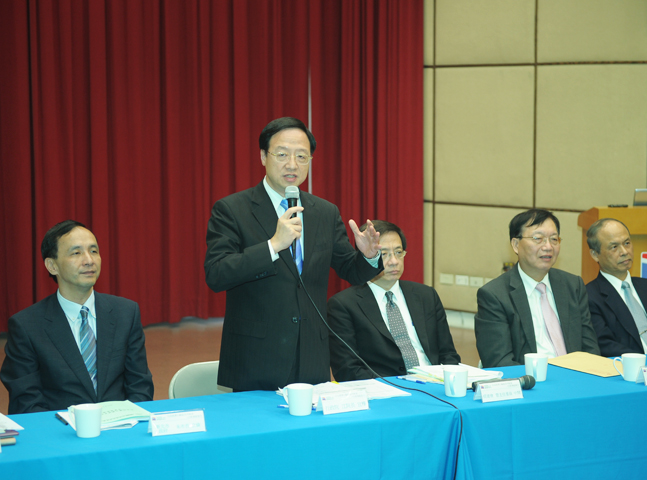 Premier Jiang Yi-huah speaks at a press conference promoting the free economic pilot zones program.(2013)