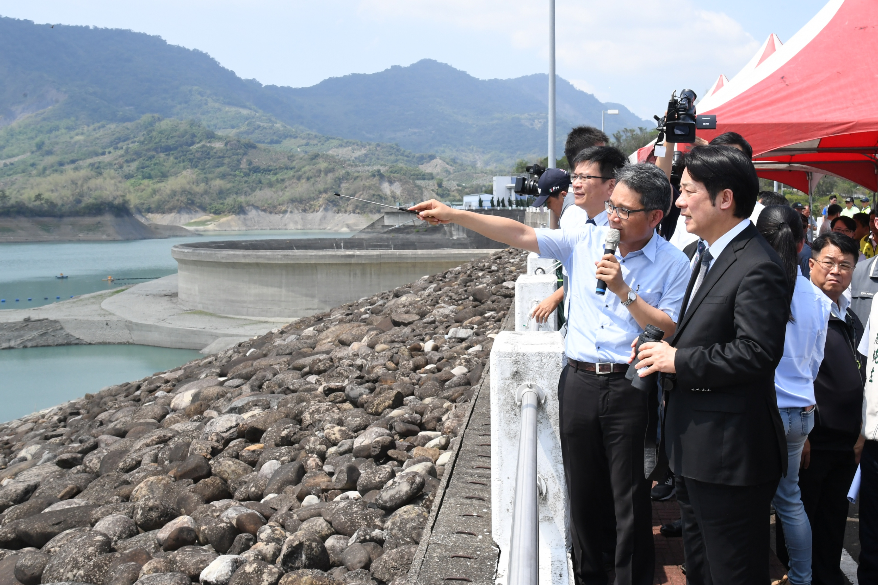 Premier Lai inspects Nanhua Reservoir dam amid water shortage