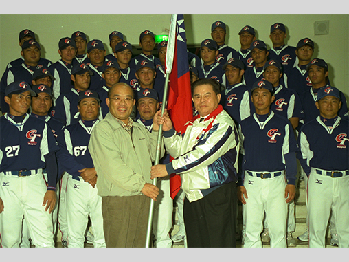 Premier Su presents flag to World Baseball Classic team