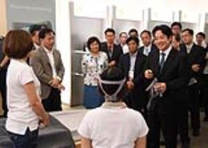 Premier Lai speaks with medical equipment industry at exchange forum