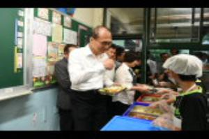 Premier Lin inspects food safety at Taipei elementary school