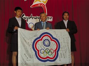 Premier Tang at homecoming for 2000 Olympics team