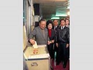 Premier Lee votes in local election